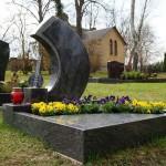 Grabmal mit Natursteinskulptur