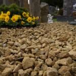Grabmal mit Natursteinen
